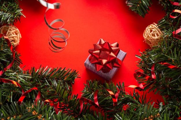 활과 함께 이브 새해 선물을 축하하는 개념으로 선물 상자가 있는 크리스마스 장식