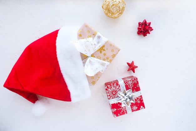 ギフトボックス付きのクリスマスデコレーション