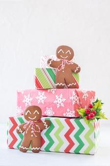 ジンジャーブレッド男性とギフトボックスのクリスマスの装飾