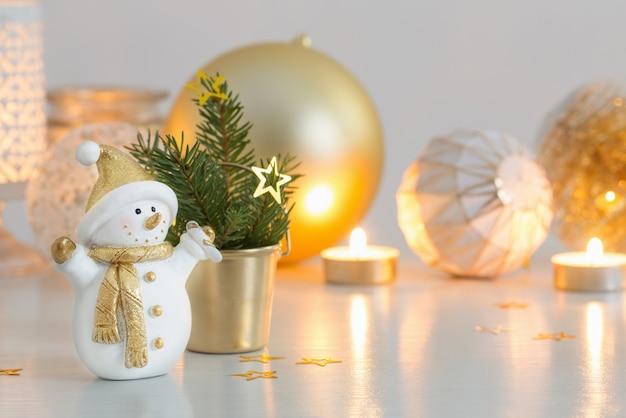 小さなセラミック雪だるまとクリスマスの装飾