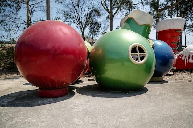 정원에서 산타클로스와 색색의 공이 있는 크리스마스 장식