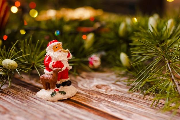 Рождественские украшения с дедом морозом в ветках