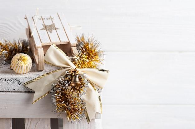 Рождественские украшения с деревянными санками