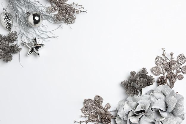 白い背景のシュルレアリスムのおもちゃのクリスマス装飾的な組成物。上面図。フラットレイ