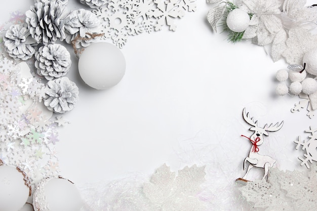 흰색 테이블 배경에 장난감의 크리스마스 장식 구성. 평면도. 플랫 레이
