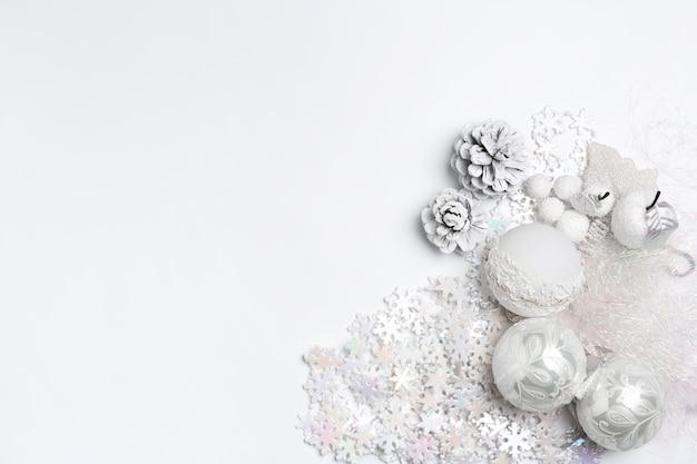 白いテーブルの背景におもちゃのクリスマスの装飾的な構成。