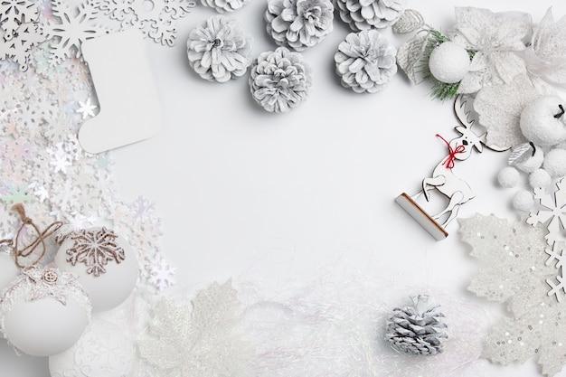 흰색 테이블 배경에 장난감의 크리스마스 장식 구성.