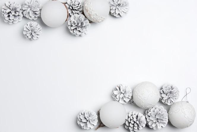 Рождественский декоративный состав игрушек на белом фоне стола.
