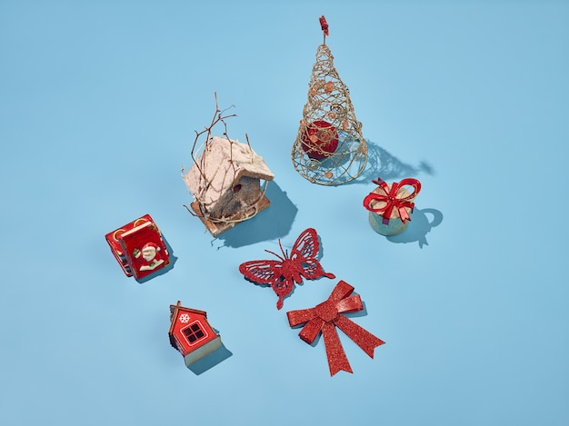青い背景に設定されたクリスマスの装飾的な要素