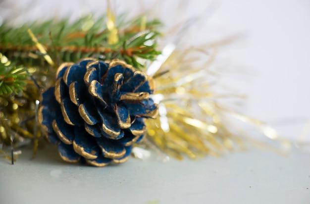 Новогодняя декоративная шишка