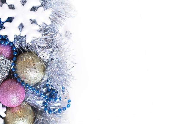 크리스마스 장식 눈송이 및 장난감 흰색 배경에 고립. 새해 배경 화면 및 카드에 대한 아이디어