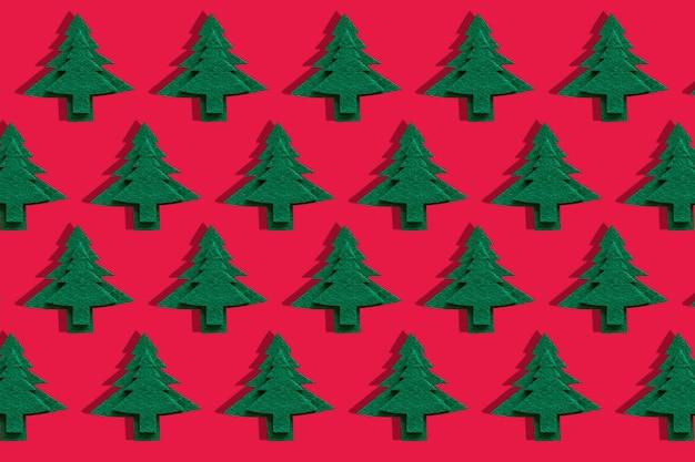 Рождественские декоративные елки на красной поверхности.