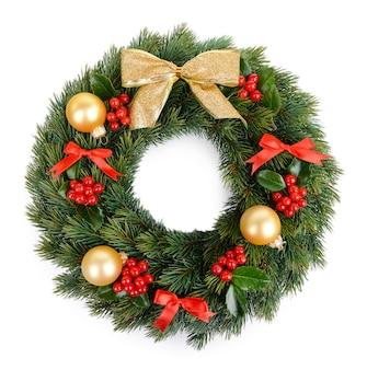 Рождественский декоративный венок с листьями омелы, изолированные на белом