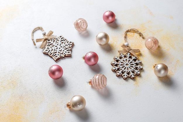 Рождественские декоры, шары, снежинки.