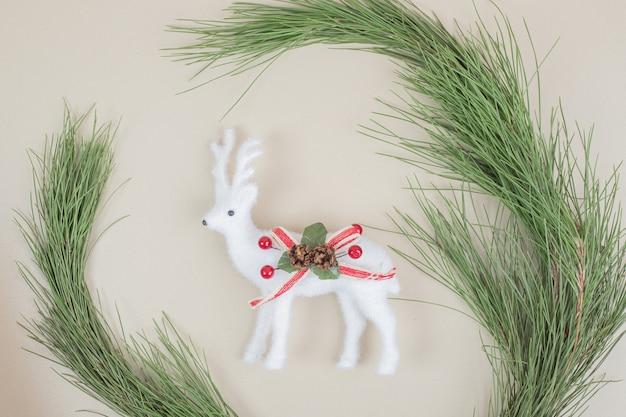 クリスマスツリーのブランチとクリスマス鹿のおもちゃ