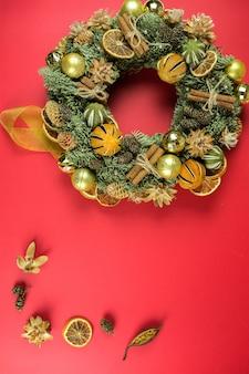 赤の背景にクリスマスデザイン要素。休日、新年のコンセプト