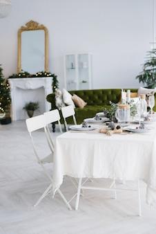 リビングルームに2つの椅子とクリスマスダイニングテーブル