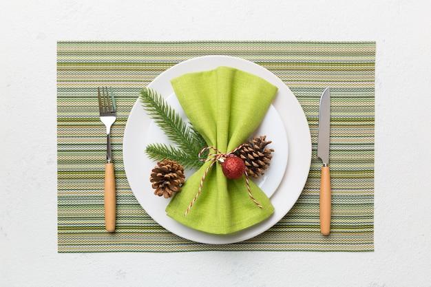 素朴な装飾と台所用品とクリスマスディナーの背景。上から見る