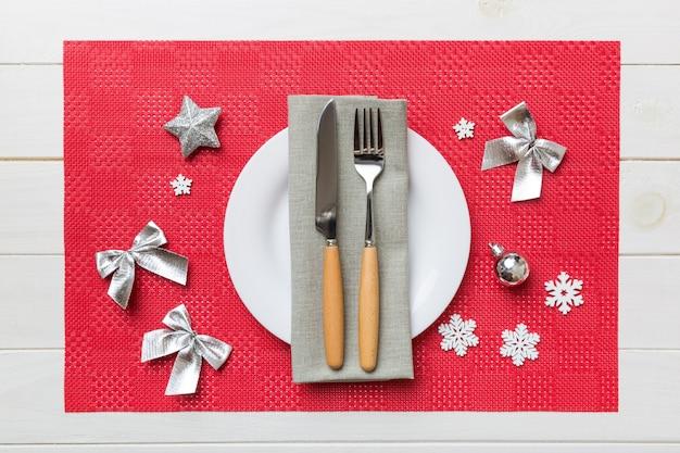 Рождественский ужин фон с деревенскими украшениями и кухонной утварью. вид сверху.