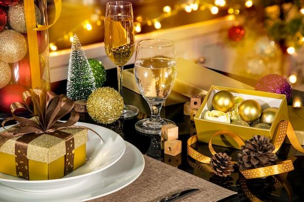 황금색 선물 상자가 있는 크리스마스 디너 파티 설정