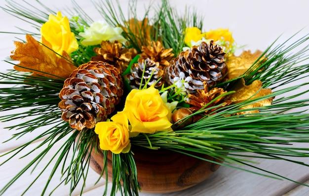 Центральная часть стола рождественского ужина с золотыми шишками
