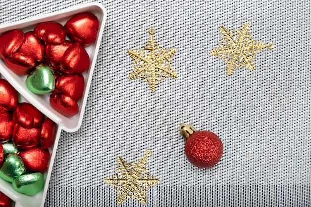 ブルーベリーチーズケーキのプレートとクリスマスディナーテーブルの装飾