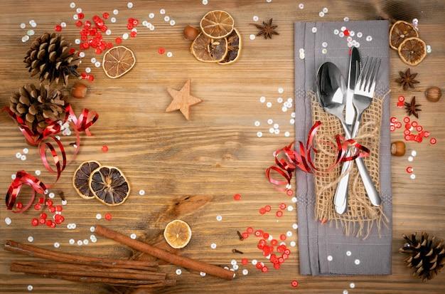 Сервировка стола для рождественского обеда со столовыми приборами, вид сверху