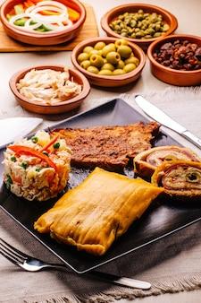 Рождественское блюдо по-венесуэльски, халака, ветчинный хлеб, салат и свинина