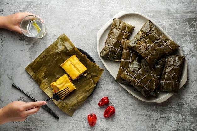 Рождественское блюдо по-венесуэльски, халлак, банановый лист ан, кукурузное тесто, фаршированное тушеной свининой