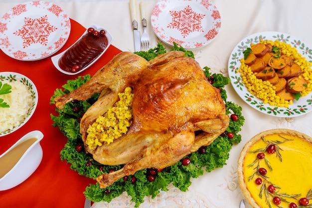 パンプキンパイのクリスマス料理。七面鳥の丸焼きにクランベリーとケールを添えました。休日の夕食。
