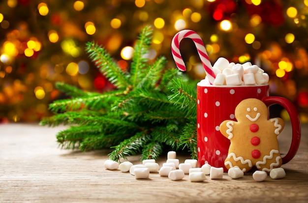 Рождественский напиток чашка горячего шоколада с зефиром и пряниками
