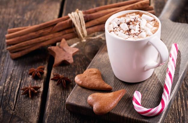 Рождественский напиток. чашка горячего шоколада с зефиром на деревянном столе