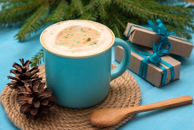 Рождественский напиток, изолированные на синем фоне