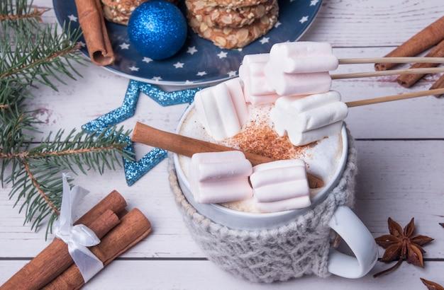 마시멜로와 크리스마스 음료