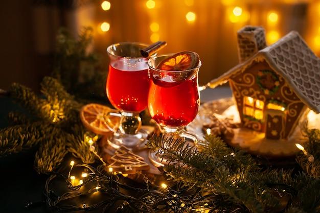 ジンジャーブレッドハウスとトウヒの枝とスパイシーなベリーのクリスマスドリンク