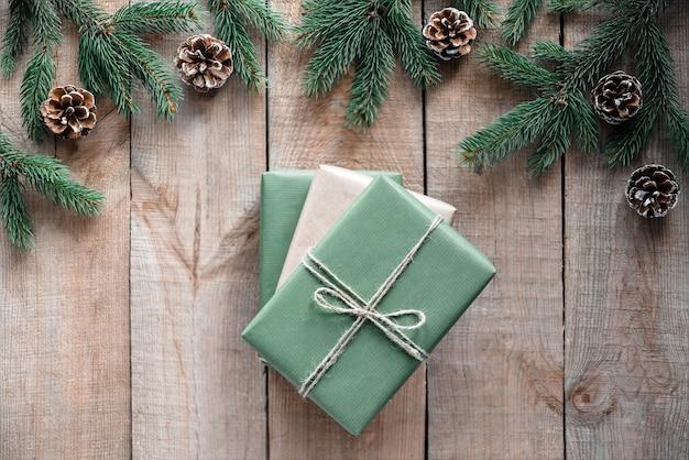 Рождественские экологически чистые подарочные коробки и украшения на деревянном фоне
