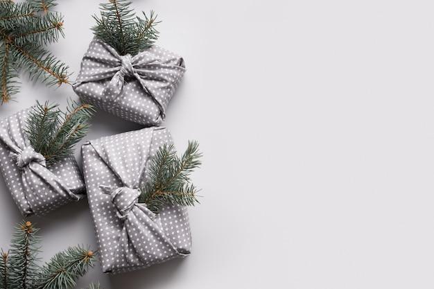 灰色の繊維でクリスマスエコギフト装飾自然モミの木
