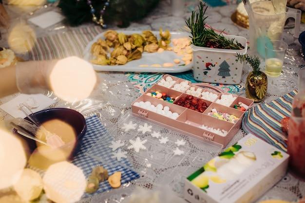 クリスマスの食用の装飾。クリスマスの食用テーブルの装飾、ケーキの装飾用。クリスマス休暇の雰囲気。作業環境。創造的な混乱