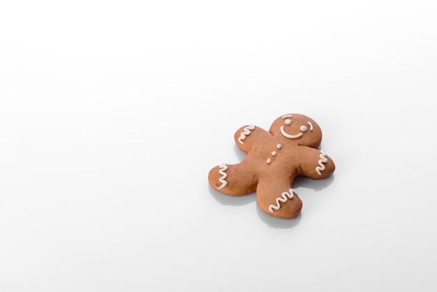 새해 나무를 장식하고 휴가를 준비하기 위한 장식의 크리스마스 요소. 새해 장난감