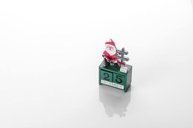 새해 나무를 장식하고 휴가를 준비하기 위한 장식의 크리스마스 요소