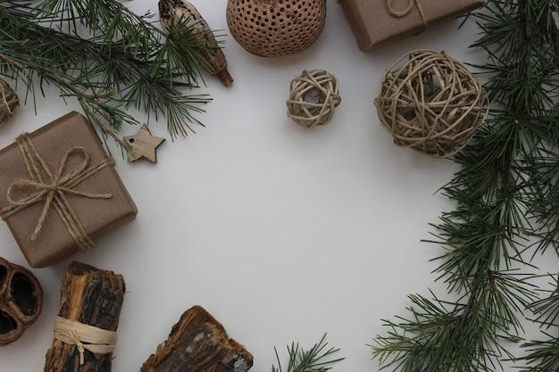 白いテーブルの上のクリスマスの要素