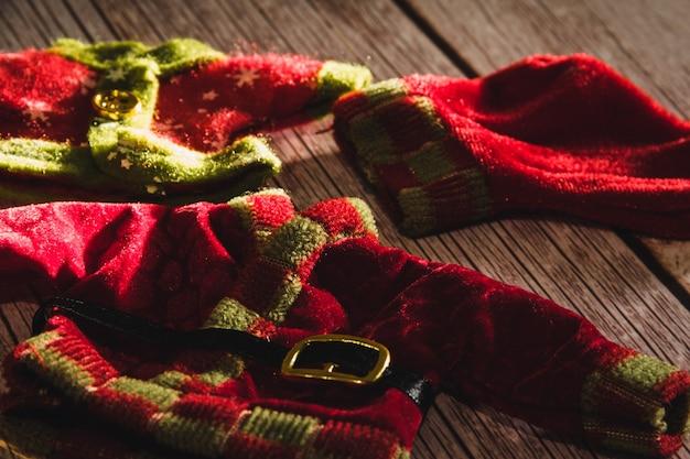 木製の背景にクリスマスエルフの服。セレクティブフォーカス。