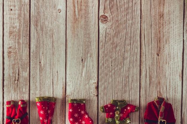 クリスマスエルフの服を木製の背景に。スペースをコピーします。セレクティブフォーカス。
