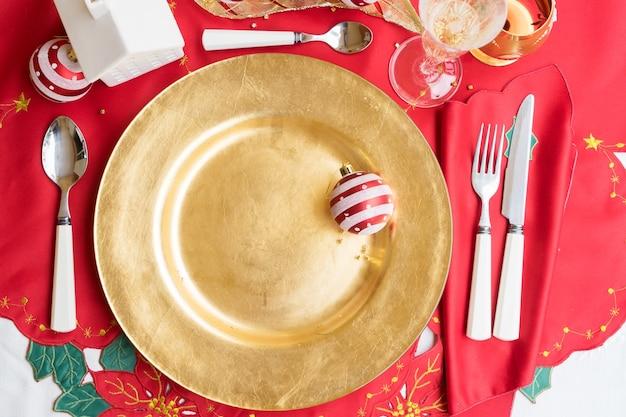 クリスマスの空の金色のプレートが夕食に出されました