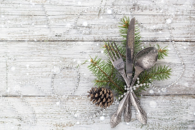나이프, 포크, 스푼이 있는 크리스마스 빈 나무 테이블