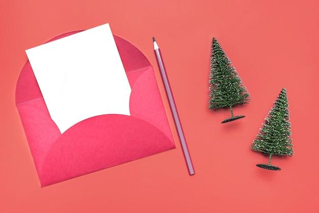 赤い背景の上のクリスマスの封筒