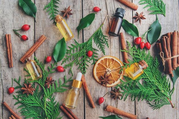 小さなボトルにクリスマスのエッセンシャルオイル。セレクティブフォーカス。