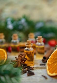 小瓶に入ったクリスマスエッセンシャルオイル。セレクティブフォーカス。自然。