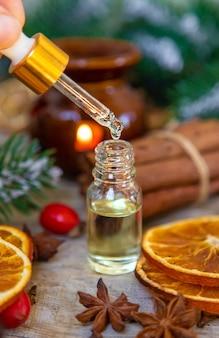 小瓶に入ったクリスマスエッセンシャルオイル。セレクティブフォーカス。