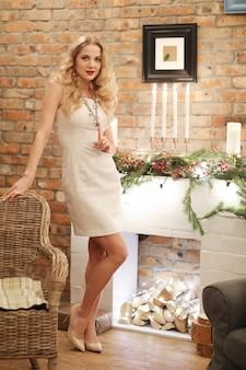 Vigilia di natale, ragazza in un vestito